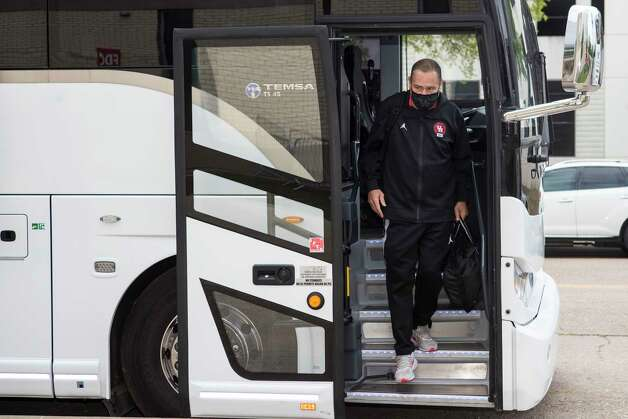 Houston head coach Kelvin Sampson walks off the bus after arriving back to campus from Indianapolis Sunday, April 4, 2021 in Houston, after the Cougars were eliminated from the Final Four Saturday night by Baylor. Photo: Brett Coomer, Staff Photographer / © 2021 Houston Chronicle