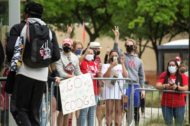 Houston fans cheer as the UH basketball team arrives back to campus from Indianapolis Sunday, April 4, 2021 in Houston, after the Cougars were eliminated from the Final Four Saturday night by Baylor. Photo: Brett Coomer, Staff Photographer / © 2021 Houston Chronicle
