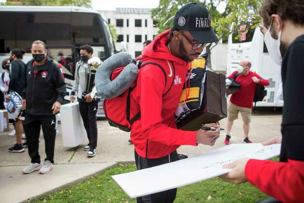 Houston guard DeJon Jarreau signs an autograph after arriving back to campus from Indianapolis Sunday, April 4, 2021 in Houston, after the Cougars were eliminated from the Final Four Saturday night by Baylor. Photo: Brett Coomer, Staff Photographer / © 2021 Houston Chronicle