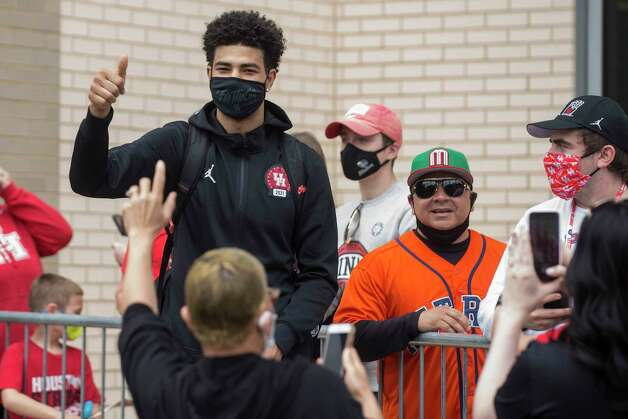 Houston guard Quentin Grimes gives a thumbs up to a fan after arriving back to the campus with his teammates from Indianapolis Sunday, April 4, 2021 in Houston, after the Cougars were eliminated from the Final Four Saturday night by Baylor. Photo: Brett Coomer, Staff Photographer / © 2021 Houston Chronicle
