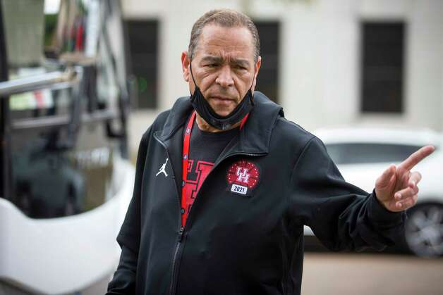 Houston head coach Kelvin Sampson greets fans as the UH basketball team returned to the campus from Indianapolis Sunday, April 4, 2021 in Houston, after the Cougars were eliminated from the Final Four Saturday night by Baylor. Photo: Brett Coomer, Staff Photographer / © 2021 Houston Chronicle