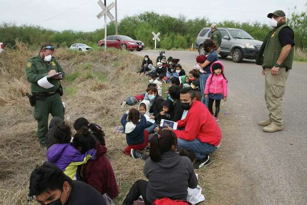U.S. Border Patrol agents prepare to transport a group of mostly Central American migrants detained west of La Joya, Texas, Friday, April 2, 2021. Photo: Jerry Lara, San Antonio Express-News / **MANDATORY CREDIT FOR PHOTOG AND SAN ANTONIO EXPRESS-NEWS/NO SALES/MAGS OUT/TV   © 2019 San Antonio Express-News