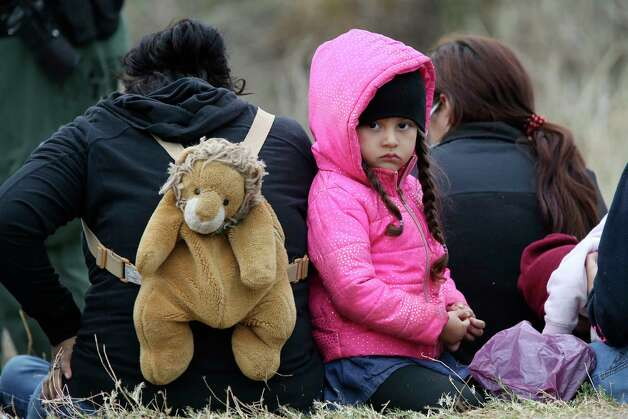 A child waits with her family after a group of around 40 mostly Central American migrants were detained on Military Road west of La Joya, Texas, Friday, April 2, 2021. Photo: Jerry Lara, San Antonio Express-News / **MANDATORY CREDIT FOR PHOTOG AND SAN ANTONIO EXPRESS-NEWS/NO SALES/MAGS OUT/TV   © 2019 San Antonio Express-News