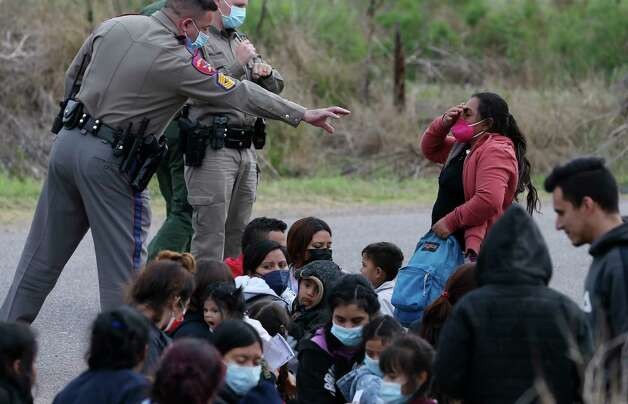 Texas Department of Public Safety troopers help in the detention of a group of around 40 migrants, some unaccompanied minors, west of La Joya, Texas, Friday, April 2, 2021. Photo: Jerry Lara, San Antonio Express-News / **MANDATORY CREDIT FOR PHOTOG AND SAN ANTONIO EXPRESS-NEWS/NO SALES/MAGS OUT/TV   © 2019 San Antonio Express-News