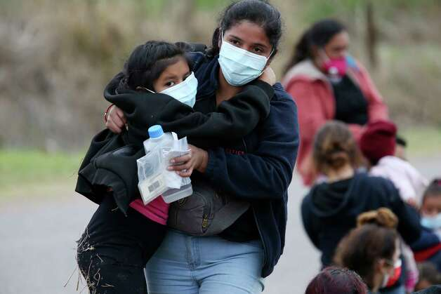 A migrant mother carries her daughter after they were detained by U.S. Border Patrol agents with help from Texas Department of Public Safety troopers west of La Joya, Texas, Friday, April 2, 2021. Photo: Jerry Lara, San Antonio Express-News / **MANDATORY CREDIT FOR PHOTOG AND SAN ANTONIO EXPRESS-NEWS/NO SALES/MAGS OUT/TV   © 2019 San Antonio Express-News