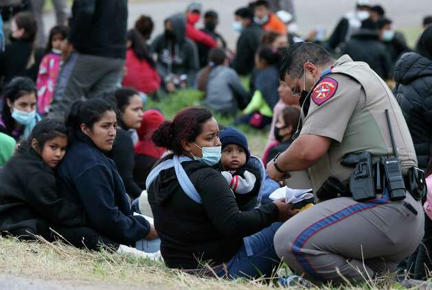 A Texas Department of Public Safety trooper checks migrants paperwork after aiding in the detention of a group, some unaccompanied minors, west of La Joya, Texas, Friday, April 2, 2021. Photo: Jerry Lara, San Antonio Express-News / **MANDATORY CREDIT FOR PHOTOG AND SAN ANTONIO EXPRESS-NEWS/NO SALES/MAGS OUT/TV   © 2019 San Antonio Express-News