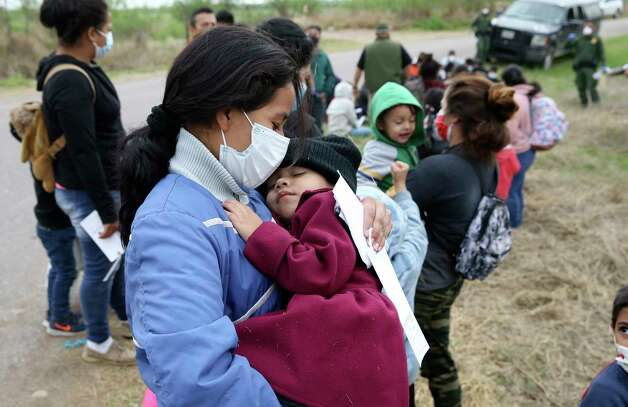 A Salvadoran woman and her two-year-old daughter are detained by U.S. Border Patrol agents with help from Texas Department of Public Safety troopers just west of La Joya, Texas, Friday April 2, 2021. Photo: Jerry Lara, San Antonio Express-News / **MANDATORY CREDIT FOR PHOTOG AND SAN ANTONIO EXPRESS-NEWS/NO SALES/MAGS OUT/TV   © 2019 San Antonio Express-News