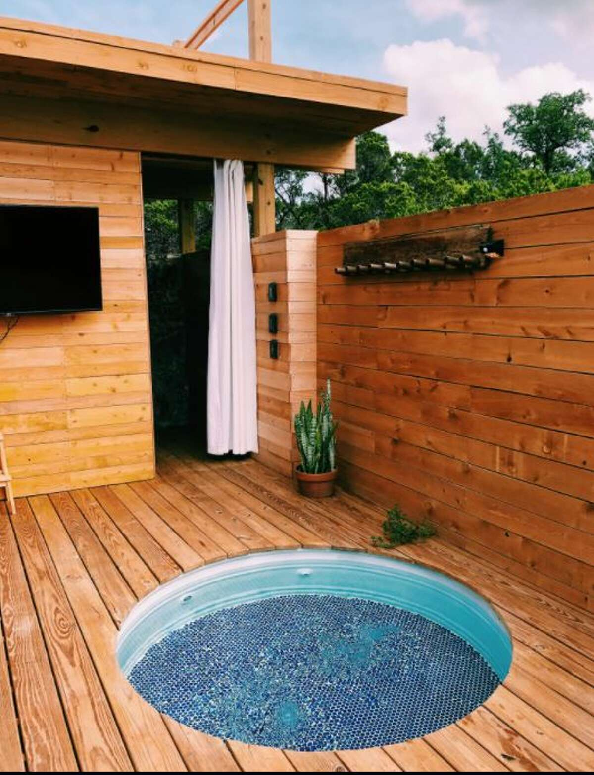 If you love stargazing and privacy, this spot might be ideal. It has 10 acres of nature trails, private rooftop deck for the best stargazing, a hot tub and a fire pit.