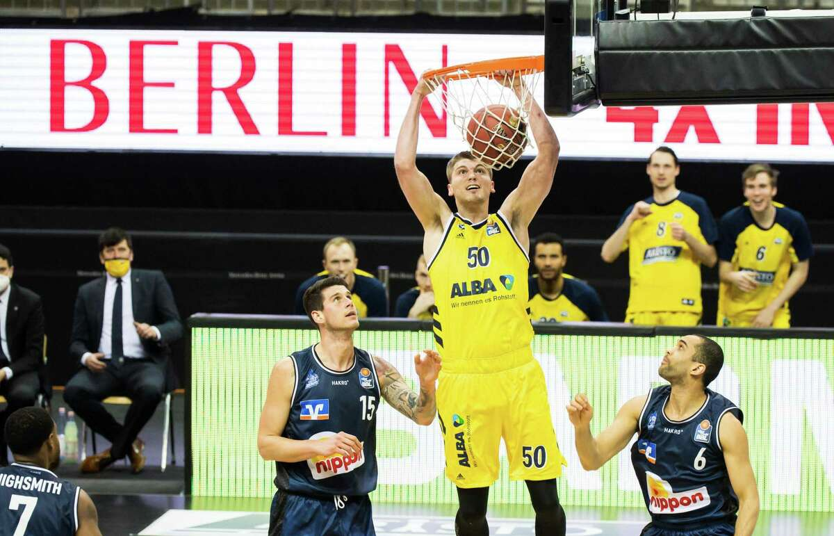 BERLIN, GERMANY - FEBRUARY 28: (L-R) Bogdan Radosavljevic of the HAKRO Merlins Crailsheim, Ben Lammers of Alba Berlin and Elias Lasisi of the HAKRO Merlins Crailsheim during the game between Alba Berlin against Hakro Merlins Crailsheim at the Mercedes-Benz Arena on February 28, 2021 in Berlin, Germany. (Photo by Moritz Eden/City-Press GmbH via Getty Images)