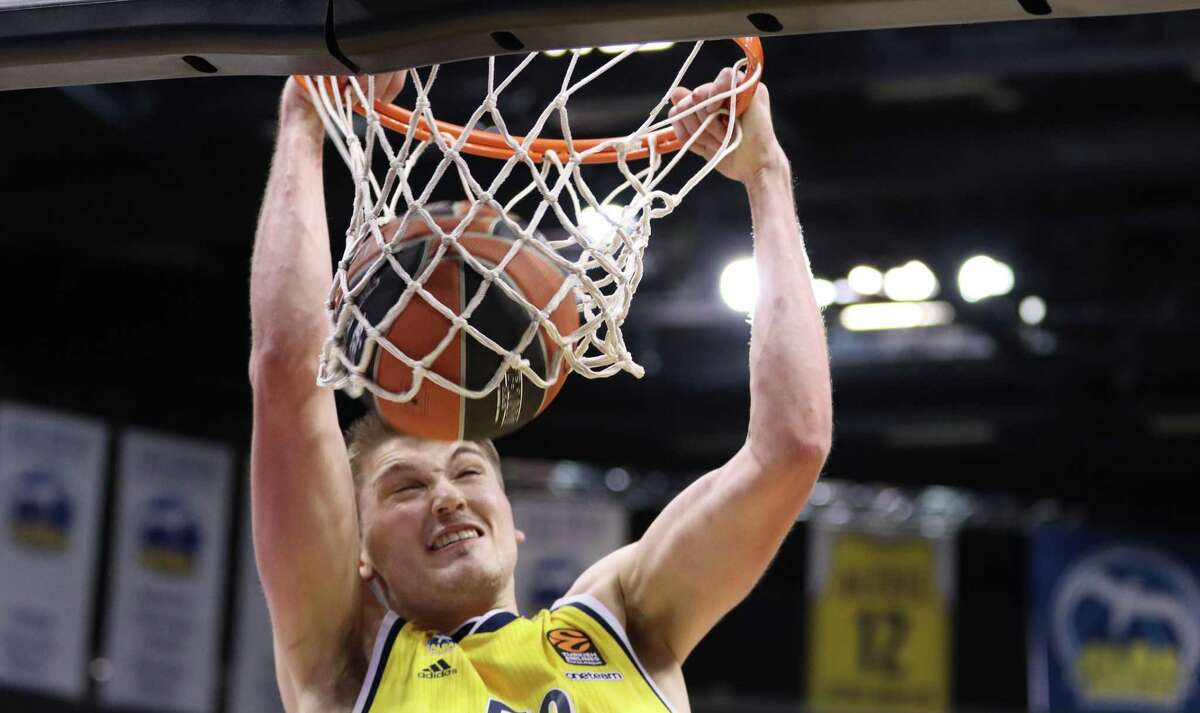 BERLIN, GERMANY - FEBRUARY 26: Ben Lammers, #50 of ALBA Berlin dunks the ball during the 2020/2021 Turkish Airlines EuroLeague Regular Season Round 26 match between Alba Berlin and Panathinaikos Opap Athens at Mercedes Benz Arena on February 26, 2021 in Berlin, Germany. (Photo by Regina Hoffmann/Euroleague Basketball via Getty Images)
