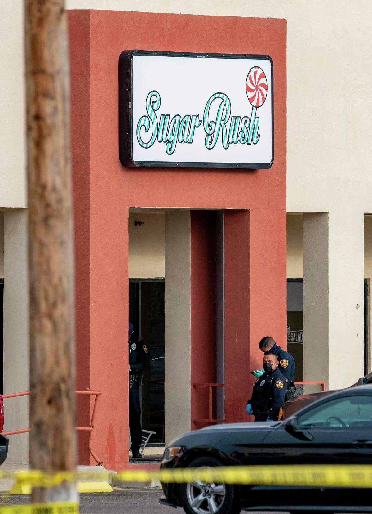 La policía de Laredo evalúa la escena de un tiroteo reportado en el exterior de Sugar Rush Partyland.