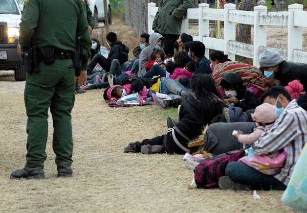 A group of 62 migrants, all families with young children, along with 5 unaccompanied minors wait to be processed by Border Patrol along the side of the highway in La Joya. Photo: Jessica Phelps / ©2021 San Antonio Express-News