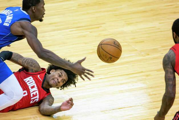 Houston Rockets guard Kevin Porter Jr. (3) dives for a ball that is picked up by Dallas Mavericks forward Dorian Finney-Smith (10) during the third quarter of an NBA game between the Houston Rockets and Dallas Mavericks on Wednesday, April 7, 2021, at Toyota Center in Houston. Photo: Mark Mulligan, Staff Photographer / © 2021 Mark Mulligan / Houston Chronicle