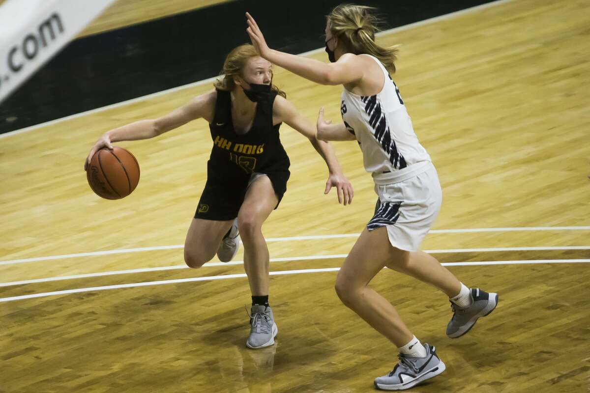 Dow's Alexa Kolnitys dribbles down the court during the Chargers' state semifinal loss to Hudsonville Wednesday, April 7, 2021 at the Breslin Center in East Lansing. (Katy Kildee/kkildee@mdn.net)