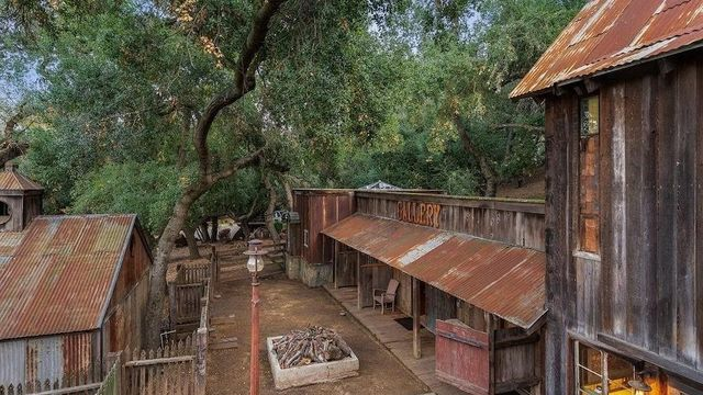 <p>$1.5M Rustic Ranch in Southern California Is Handcrafted From Reclaimed Materials thumbnail