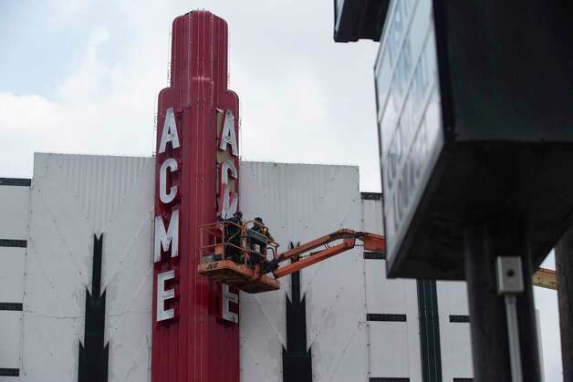 Sign technicians Tre Fairburn and Mike Chenevert installing Acme neon lights on the tower Saturday, March 27, 2021, at Montrose in Houston. Acme Oyster House is planning to open on April 10. Photo: Yi-Chin Lee, Houston Chronicle / Staff Photographer / © 2021 Houston Chronicle