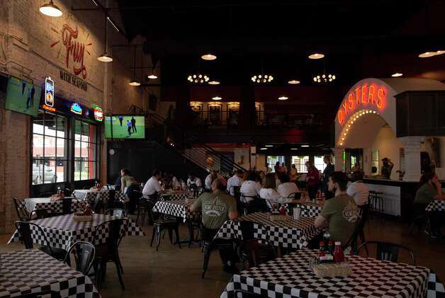 Acme Oyster House prepares for its soft opening Wednesday, April 7, 2021, in Houston. Photo: Yi-Chin Lee, Houston Chronicle / Staff Photographer / © 2021 Houston Chronicle
