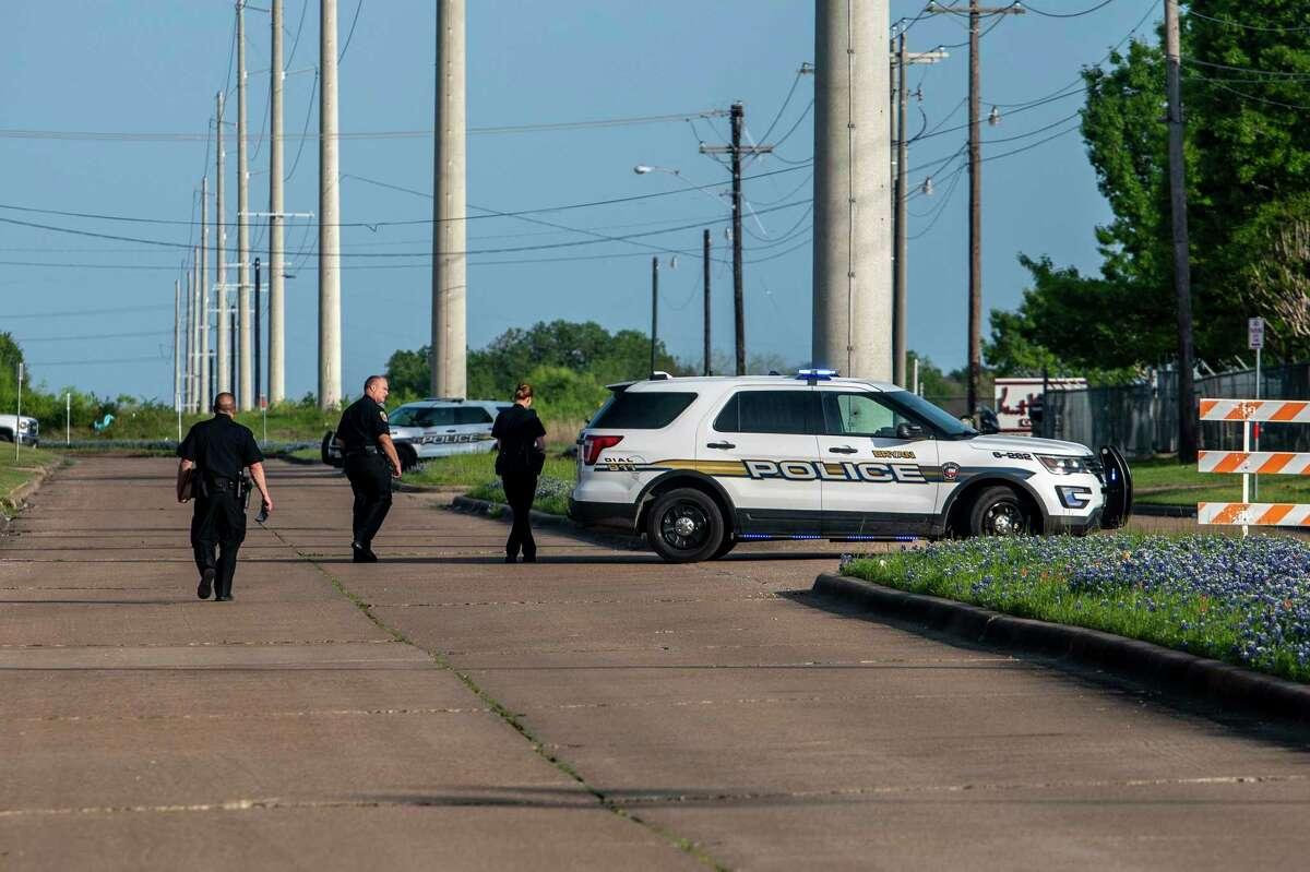 La policía bloquea un área en el Parque Industrial del Condado de Brazos en Bryan, Texas, el jueves 8 de abril de 2021, luego de un tiroteo en la sede del Gabinete de Kent Moore.