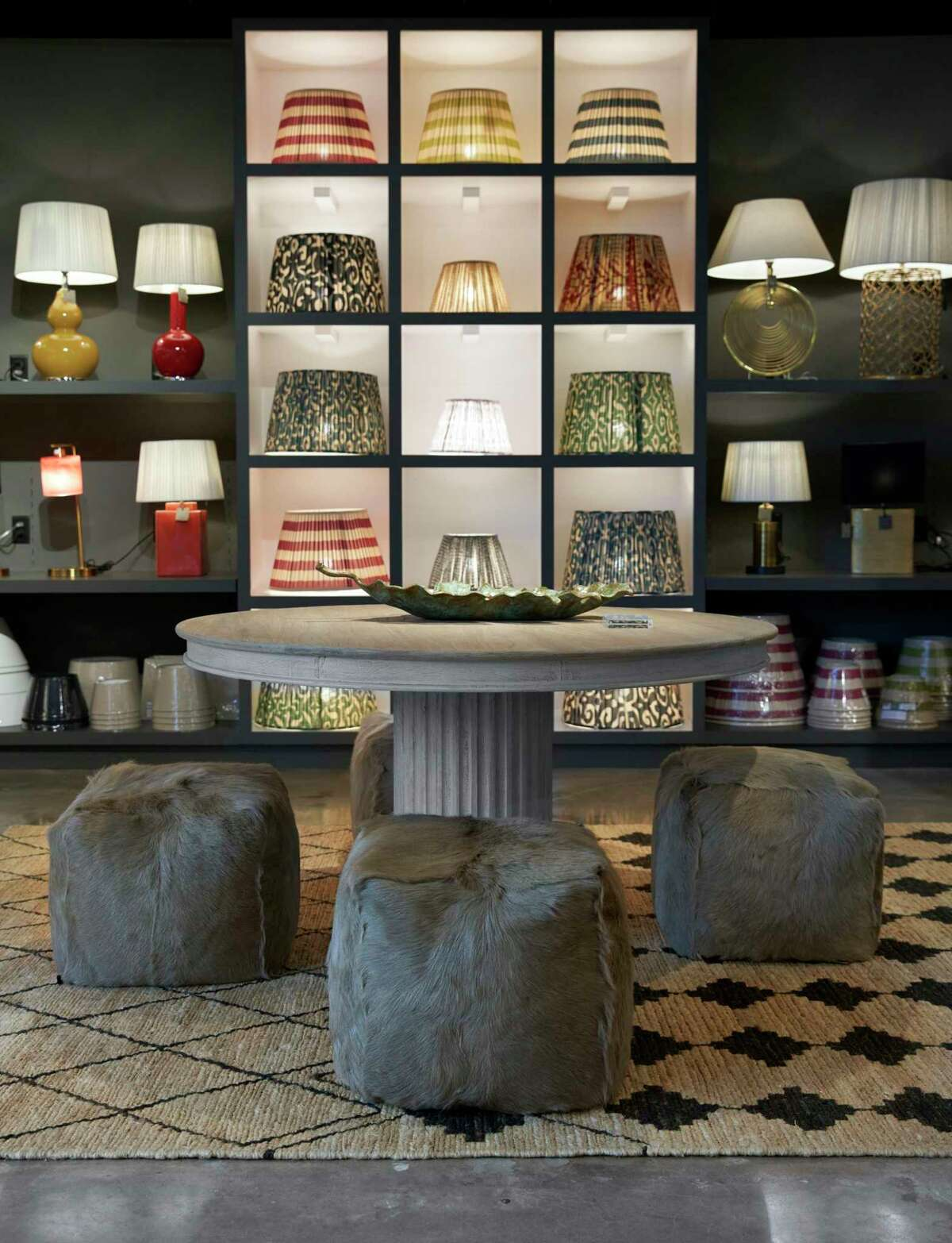 Its lampshades come in a variety of patterns, colors and sizes and can be adapted to American lamps.