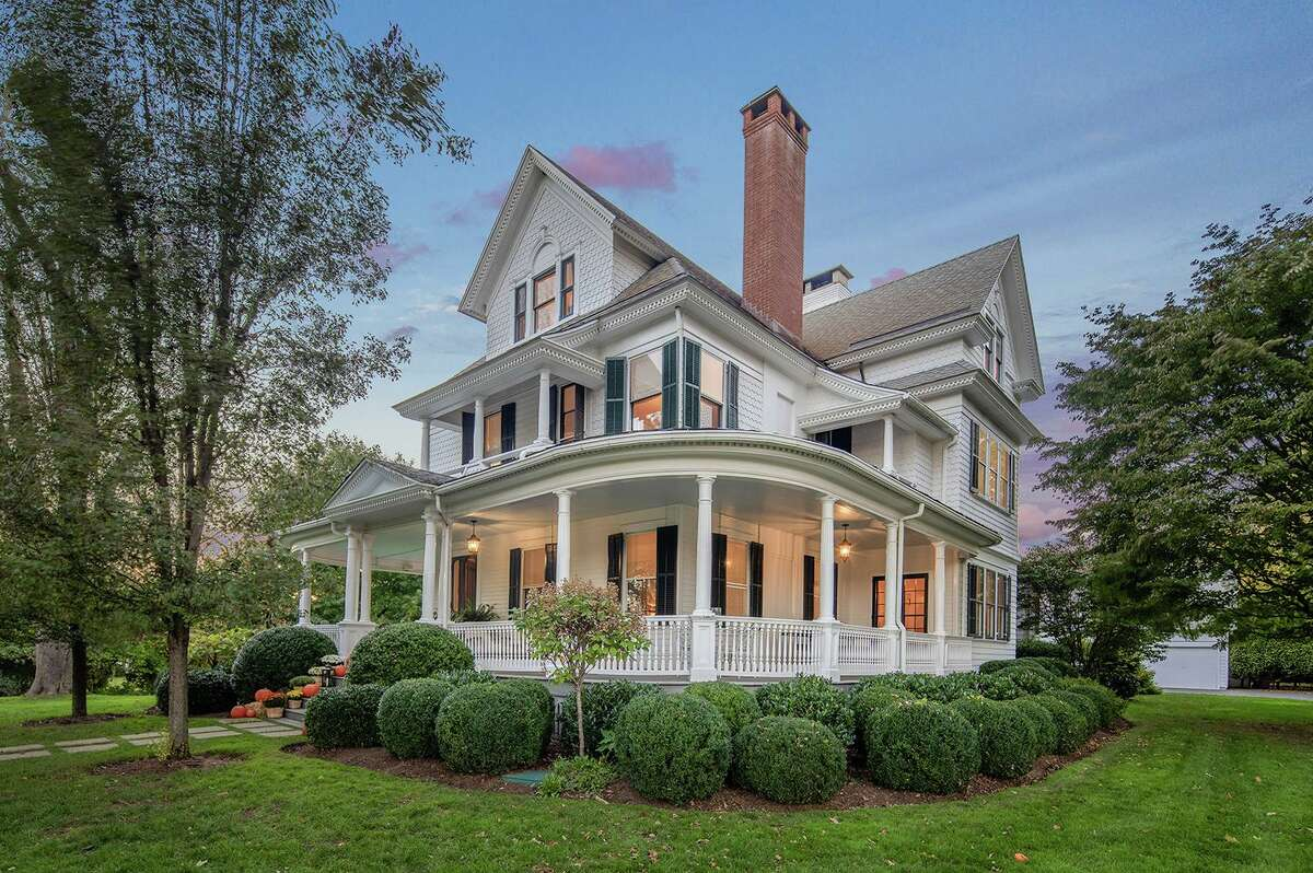 Updated antique colonial Victorian house at 75 Meetinghouse Lane, Fairfield in an historic neighborhood.