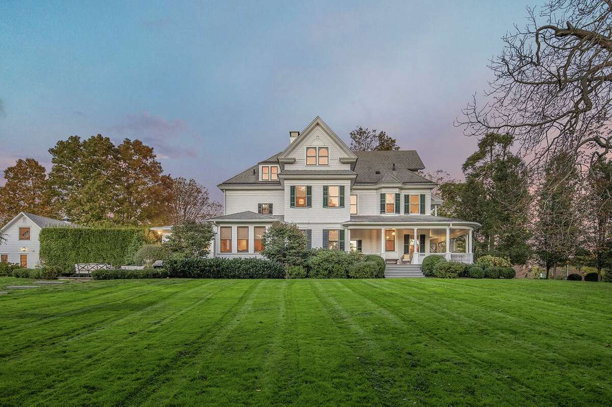 Vintage house on 1.53-acre level property at 75 Meetinghouse Lane, Fairfield.