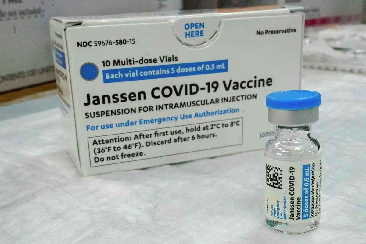 """En esta foto de archivo del jueves 8 de abril de 2021, la vacuna Johnson & Johnson COVID-19 se encuentra en una mesa en un sitio de vacunación emergente del Centro Cultural Islámico de Albania, en el distrito de Staten Island de Nueva York. Estados Unidos recomienda una """"pausa"""" en la administración de la vacuna Johnson & Johnson COVID-19 de dosis única para investigar informes de coágulos sanguíneos potencialmente peligrosos."""