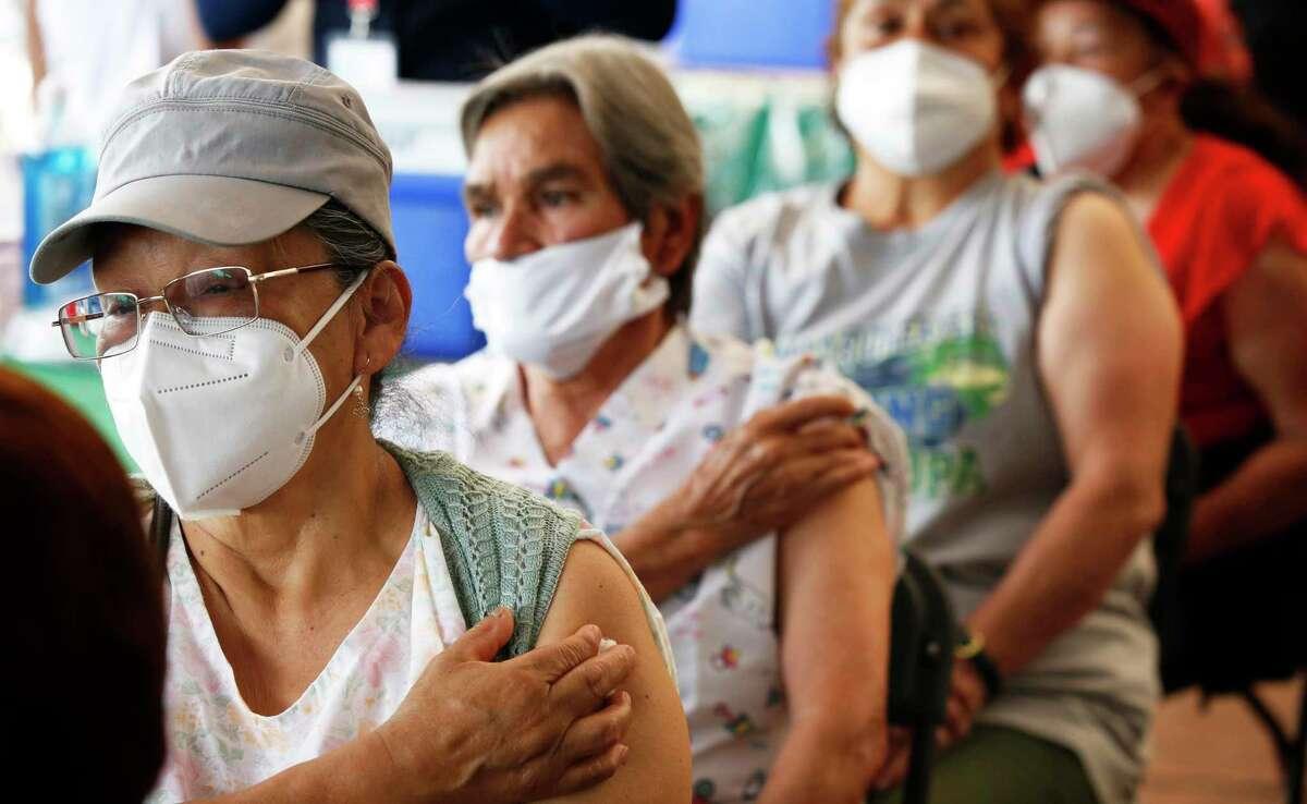 """Personas mayores de 60 años esperan en observación luego de recibir su segunda dosis de la vacuna AstraZeneca contra el COVID-19 en el Estadio Olímpico Universitario de la Ciudad de México, el lunes 12 de abril de 2021. Las autoridades mexicanas anunciaron el martes el inicio de los ensayos clínicos con humanos de su vacuna """"Patria"""" contra el COVID-19 y dijeron que confían en que el fármaco pueda estar listo para finales de 2021."""