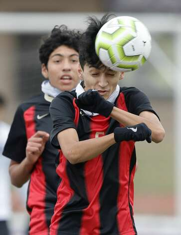 Porter's Alberto Alzaman (5) heads the ball in front of Ray Marquez (9) in the first period of a match during the Wildkat Showcase soccer tournament at Berton A. Yates Stadium, Friday, Jan. 8, 2021, in Willis. Photo: Jason Fochtman/Staff Photographer / 2021 © Houston Chronicle