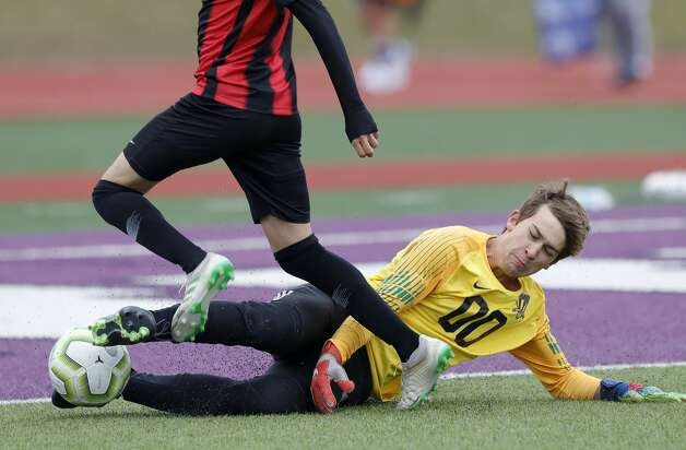 Willis goalie Jake Nemetz (00) makes a stop against Porter's Adolfo Fierros (3) in the first period of a match during the Wildkat Showcase soccer tournament at Berton A. Yates Stadium, Friday, Jan. 8, 2021, in Willis. Photo: Jason Fochtman/Staff Photographer / 2021 © Houston Chronicle