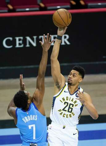Indiana Pacers guard Jeremy Lamb (26) shoots over Houston Rockets guard Armoni Brooks (7) during the first quarter of an NBA game between the Houston Rockets and Indiana Pacers on Wednesday, April 14, 2021, at Toyota Center in Houston. Photo: Mark Mulligan, Staff Photographer / © 2021 Mark Mulligan / Houston Chronicle