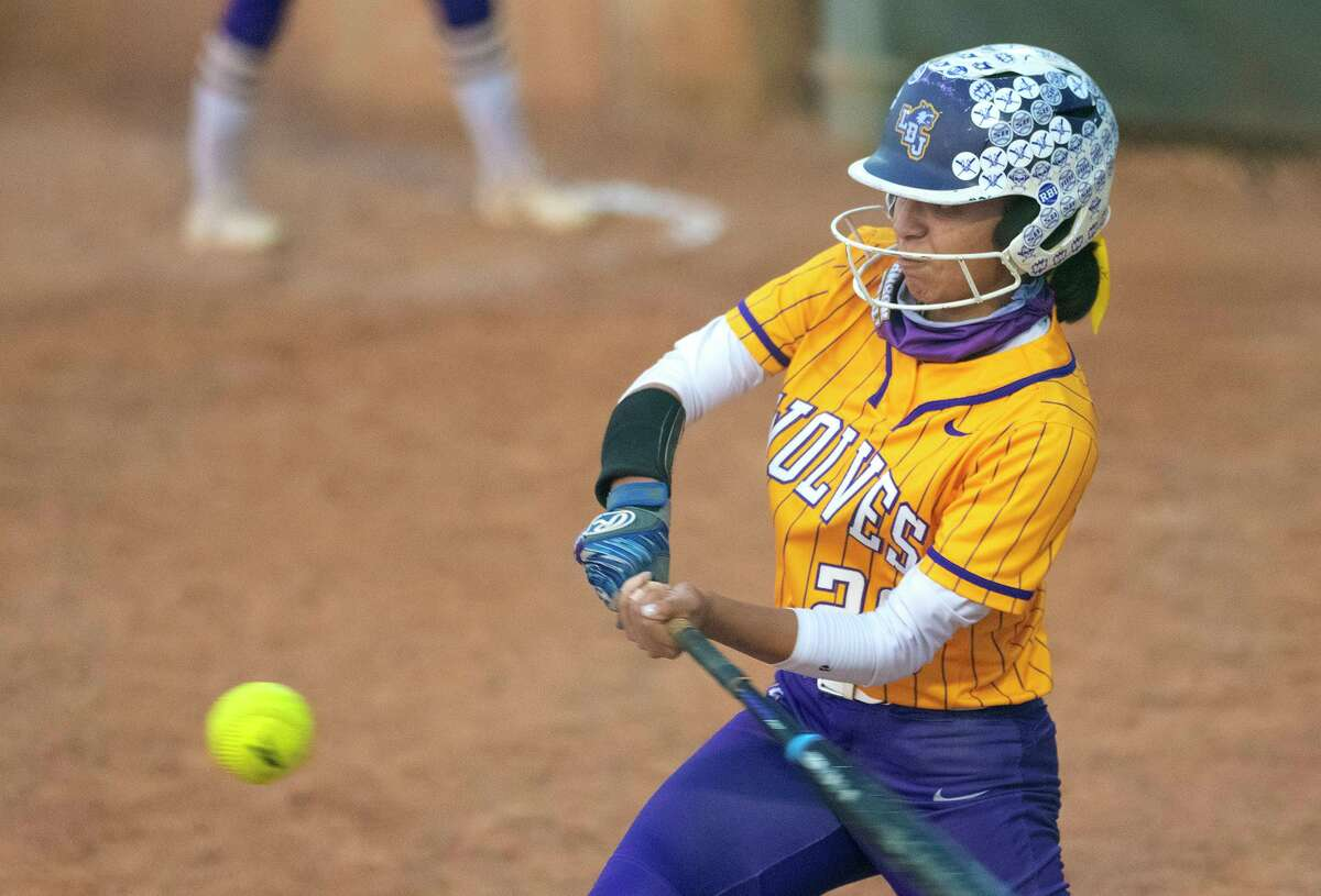 Valerie Noyola and Lady Wolves can win their first district title with a victory over United South on Tuesday.