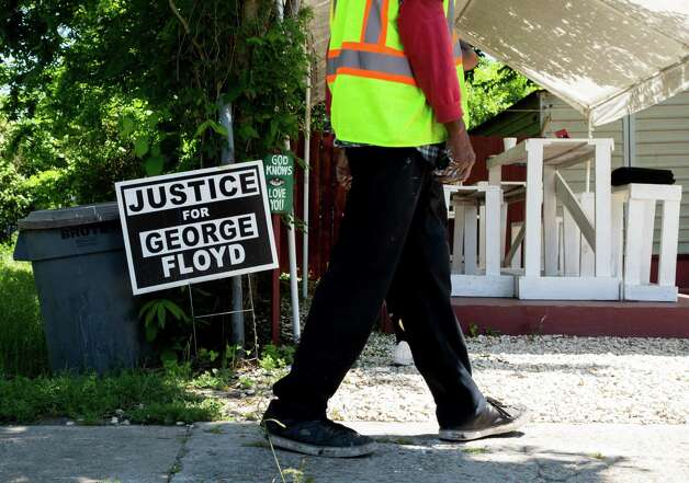A sign that reads Justice for George Floyd can be seen on the sidewalk on Tuesday, April 20, 2021, in Third Ward, Houston. Photo: Godofredo A. Vásquez, Houston Chronicle / Staff Photographer / © 2021 Houston Chronicle