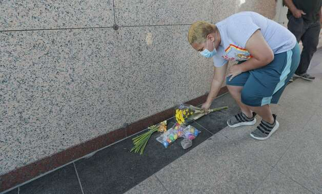 Mack Menson lays flowers on the ground after hearing that Derek Chauvin was found guilty of murdering George Floyd Tuesday, April 20, 2021, in Pearland. Photo: Steve Gonzales/Staff Photographer / © 2021 Houston Chronicle