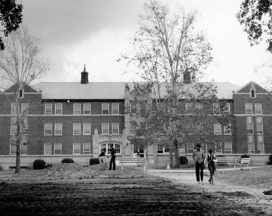 Students outside one of the newer dormitories built for women on the campus of Prairie View A&M are shown in this December 1970 photo. / © Houston Chronicle