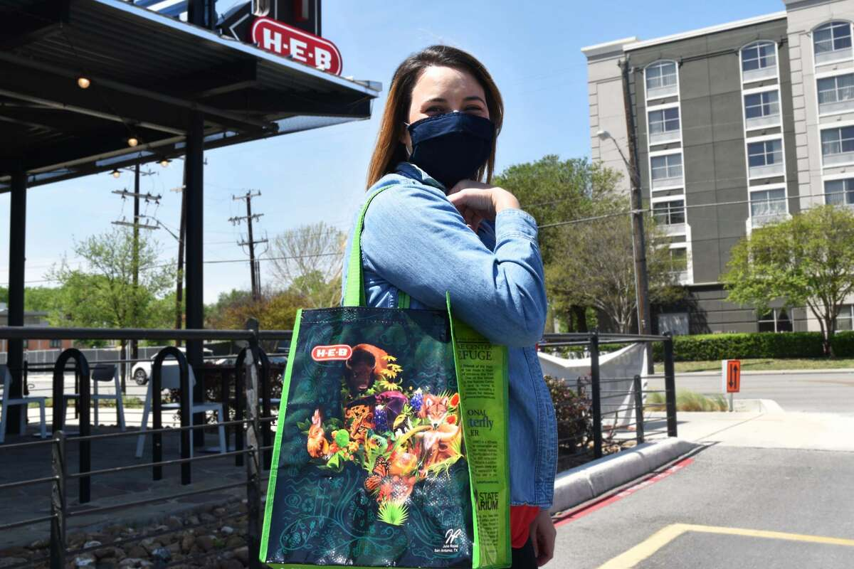 H-E-B is giving away 200,000 reusable grocery bags to celebrate Earth Day this year.