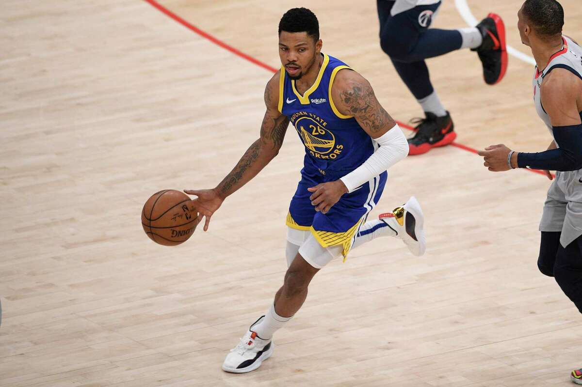 Golden State Warriors forward Kent Bazemore (26) dribbles the ball during the second half of an NBA basketball game against the Washington Wizards, Wednesday, April 21, 2021, in Washington. (AP Photo/Nick Wass)