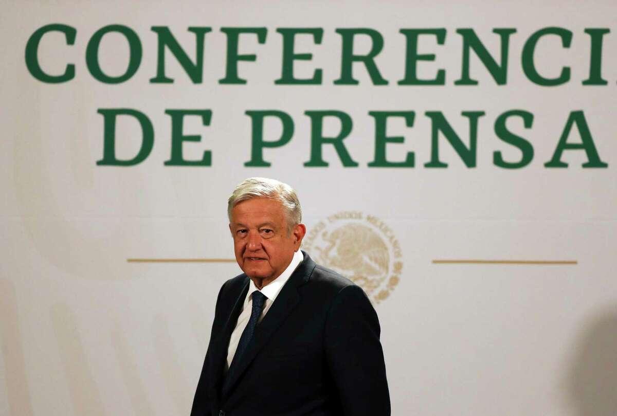 El presidente mexicano Andrés Manuel López Obrador llega a dar su conferencia de prensa matutina diaria en el Palacio Presidencial en Ciudad de México, el martes 20 de abril de 2021.