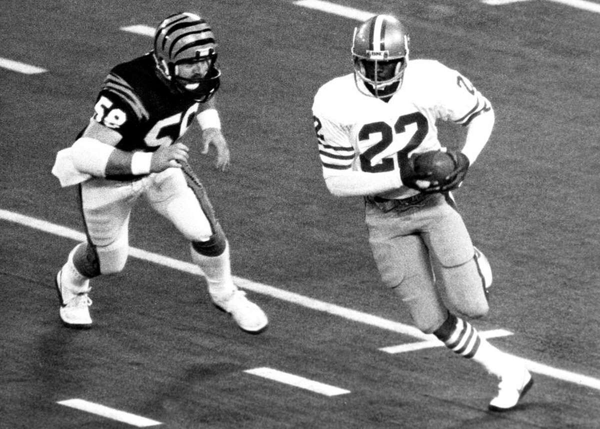 Dwight Hicks, here returning an interception in Super Bowl XVI, helped the 49ers' rookie DBs learn to play NFL defense.