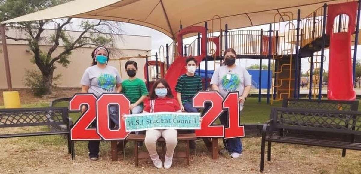 Los estudiantes del club del Consejo Estudiantil de la Escuela de Innovación Harmony donaron tres bancas y una mesa de picnic para su escuela durante el evento Día de la Tierra #EarthDay2021, el jueves 22 de abril de 2021.