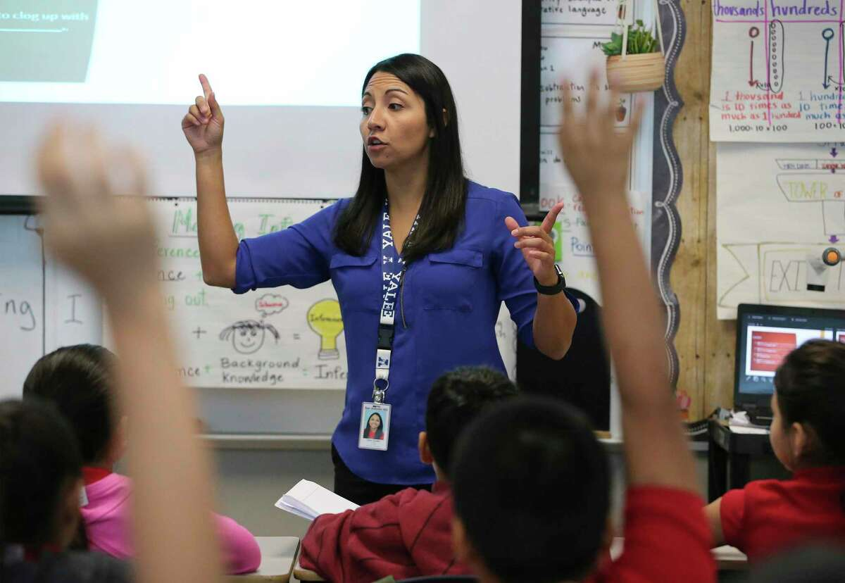 Fourth-grade Master Teacher Gina Gaytan works with her students at Ogden Elementary in 2019. An incentive pay program that SAISD created with federal funds is about to be replaced with a state-funded program that could double the maximum salary increase available to its best teachers who work in its poorest schools. (Kin Man Hui/San Antonio Express-News)