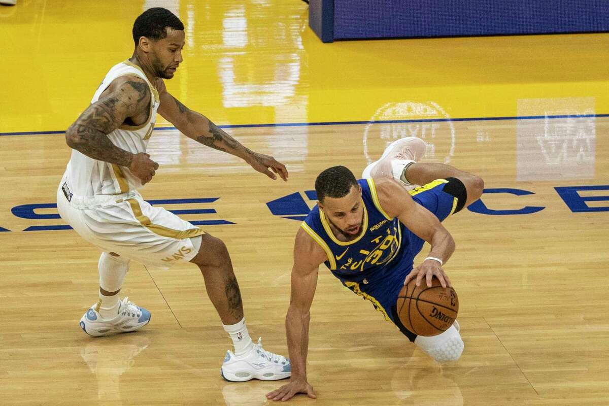 Stephen Curry had 27 points, including five 3-pointers, before sitting out the fourth quarter against Dallas.