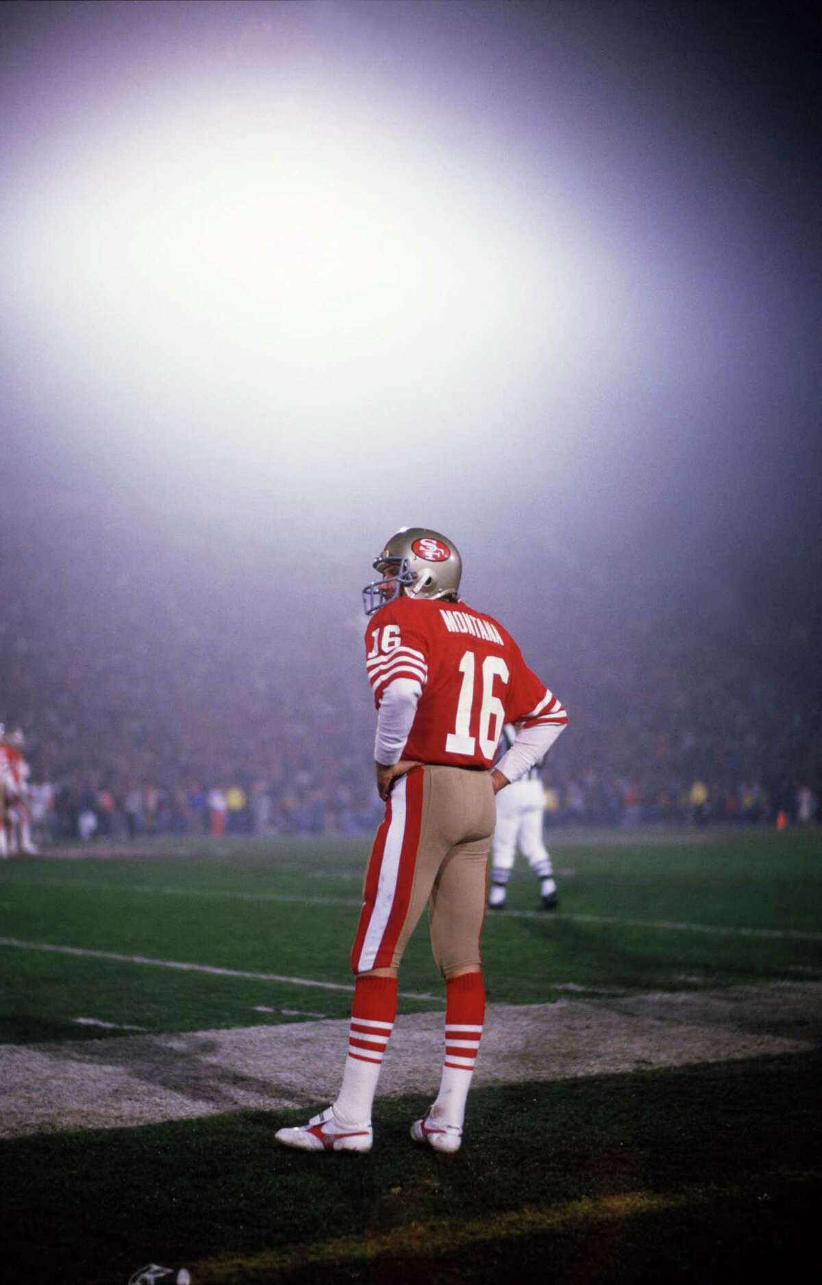 21 Jan 1985: Quarterback Joe Montana of the San Francisco 49ers on the sideline during the Niners 38-16 victory over the Miami Dolphins in Super Bowl XIX at Stanford Stadium in Stanford, CA. (Photo by Icon Sportswire)