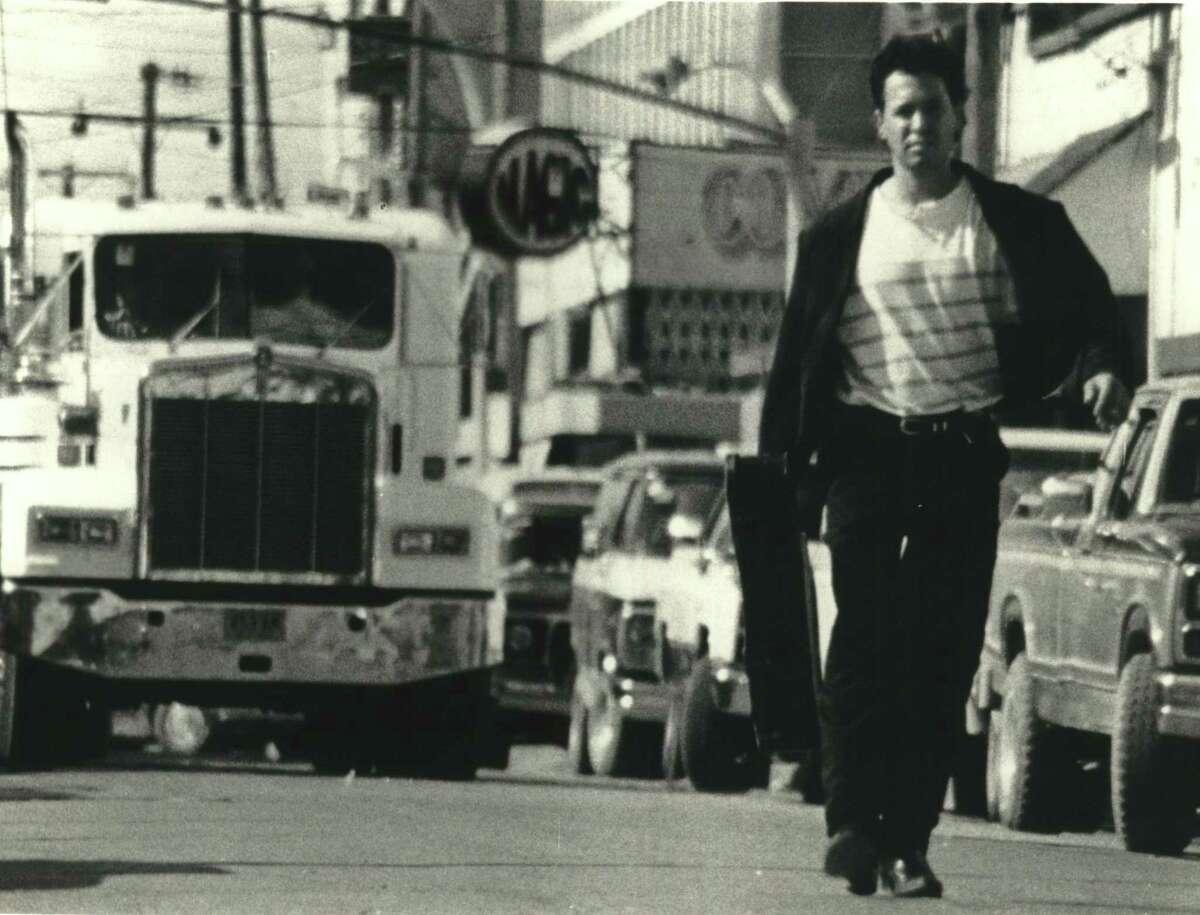 El Mariachi (Carlos Gallardo) wanders into the fateful town, unsuspecting, unprepared, in