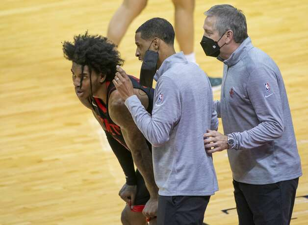 Houston Rockets head coach Stephen Silas talks with Houston Rockets guard Kevin Porter Jr. (3) during the fourth quarter of an NBA game between the Houston Rockets and Milwaukee Bucks on Thursday, April 29, 2021, at Toyota Center in Houston. Photo: Mark Mulligan/Staff Photographer / © 2021 Mark Mulligan / Houston Chronicle