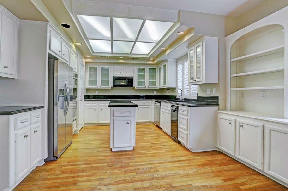 Before: the kitchen and breakfast room had an abundance of built-in cabinets but a skinny, not-so-functional island.