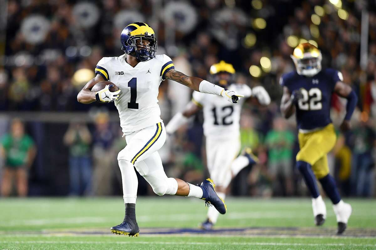SOUTH BEND, IN - SEPTEMBER 01: Michigan Wolverines defensive back Ambry Thomas (1) returns the football for a touchdown in the second quarter of game action during the college football game between the Michigan Wolverines and the Notre Dame Fighting Irish on September 1, 2018 at Notre Dame Stadium, in South Bend, Indiana. (Photo by Robin Alam/Icon Sportswire via Getty Images)