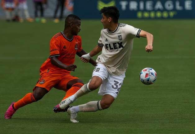 Houston Dynamo FC forward Carlos Darwin Quintero (23) gets around Los Angeles FC defender Marco Farfan (32) during the second half of an MLS match at BBVA Stadium on Saturday, May 1, 2021, in Houston. The game ended 1-1. Photo: Godofredo A Vásquez/Staff Photographer / © 2021 Houston Chronicle