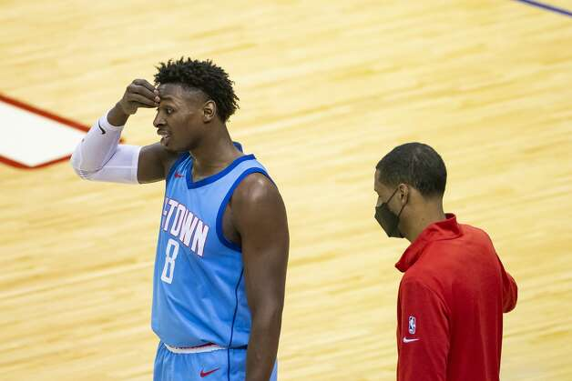 Houston Rockets forward Jae'Sean Tate (8) reacts with head coach Stephen Silas after a call during the second quarter of an NBA game between the Houston Rockets and Golden State Warriors on Saturday, May 1, 2021, at Toyota Center in Houston. Photo: Mark Mulligan/Staff Photographer / © 2021 Mark Mulligan / Houston Chronicle