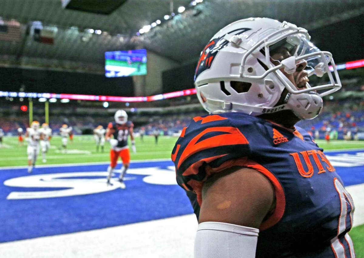 UTSA QB Frank Harris reacts after scoring a touchdown late in closing seconds of second quarter onNov.14, 2020 at the Alamodome.