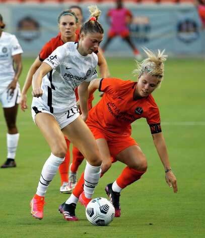 HOUSTON, TX - MAY 2: Houston Dash forward Rachel Daly (3) pressures Portland Thorns FC defender Kelli Hubly (20) in the first half during a women's soccer game at BBVA Stadium May 2, 2021 in Houston, Texas. (Photo by Bob Levey/Contributor) Photo: Bob Levey, Houston Chronicle / 2021 Bob Levey